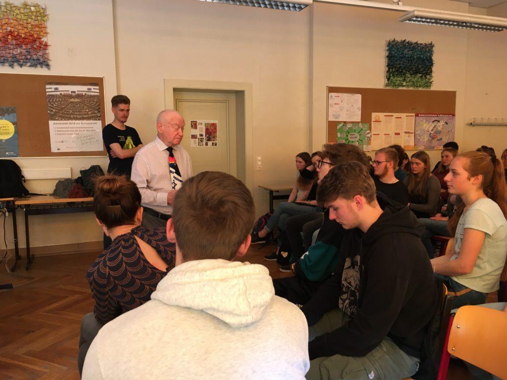 Der Holocaust-Überlebende Sami Steigmann besucht das Adolf-Reichwein-Gymnasium